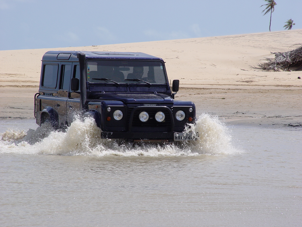 A 4x4 heading between Guajiru and Jericoacoara.