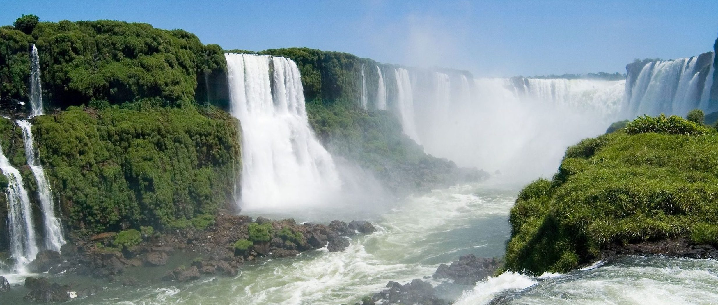 An example of the huge clouds of mist that can form around the waterfalls.