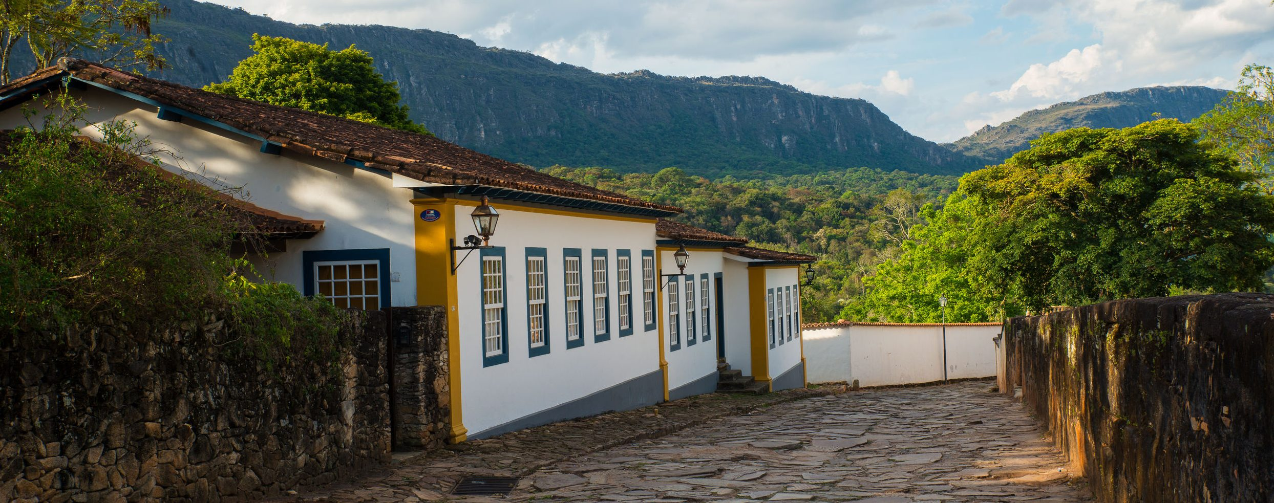 A paved road in Minas Gerais with a mountain in the background.