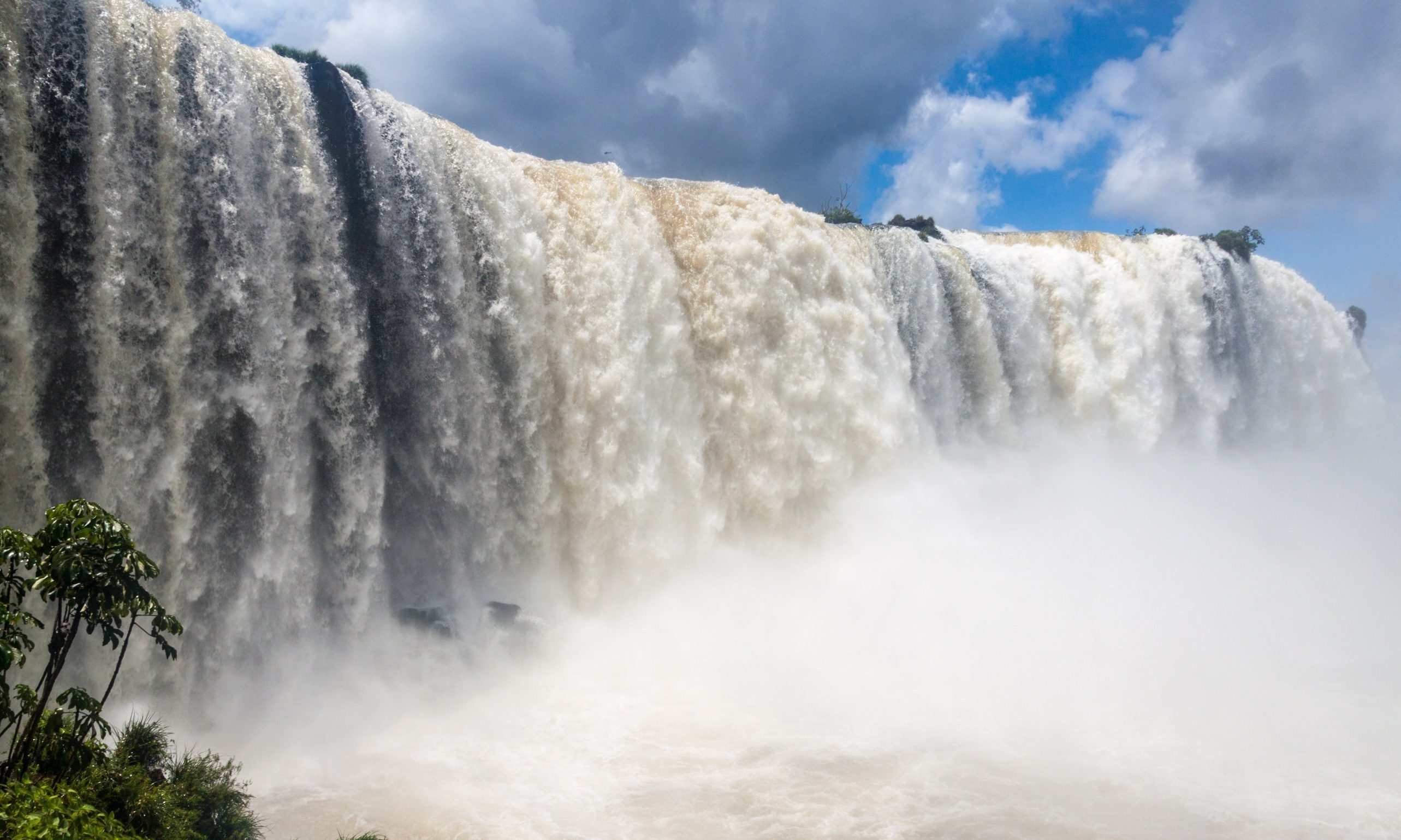 Incredible amounts of water gush over the Iguaçu falls.