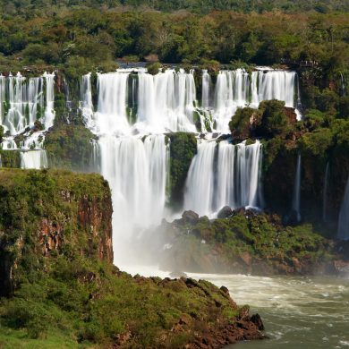 An image of the cascades at Iguacu falls.