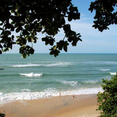vagues et surfeurs plage de Pipa