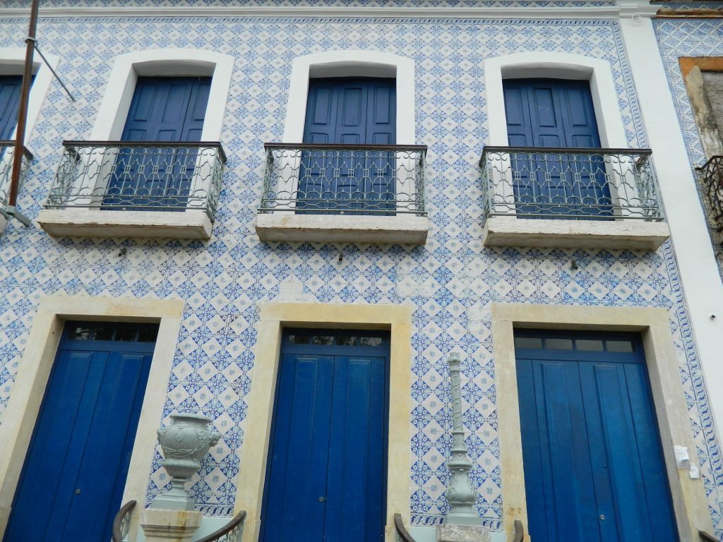 The blue azuleijos popular on the houses of São Luís.