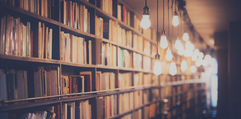 une bibliothèque éclairée par des lampes