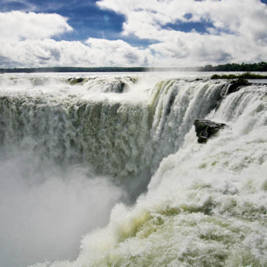Image of Iguacu falls in Brazil.